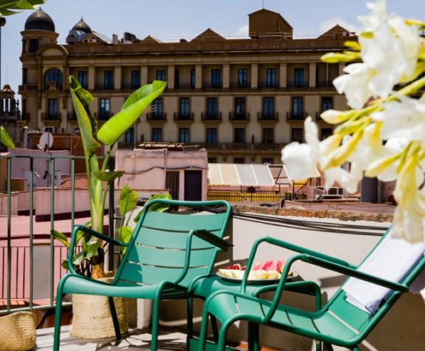 terraza en barcelona con vistas a edificio modernista diariodesign
