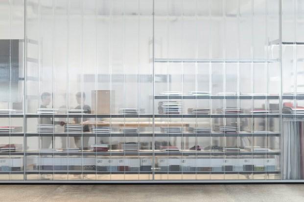 disenos showroom kvadrat en copenhague de hermanos bouroullec estanterias diariodesign