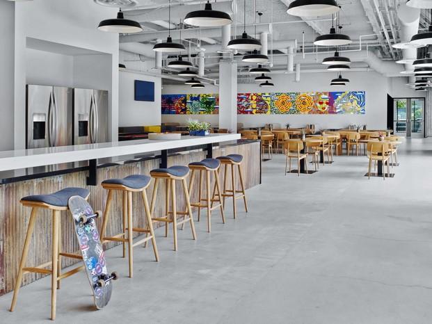 cafeteria de nuevas oficinas vans en california diariodesign