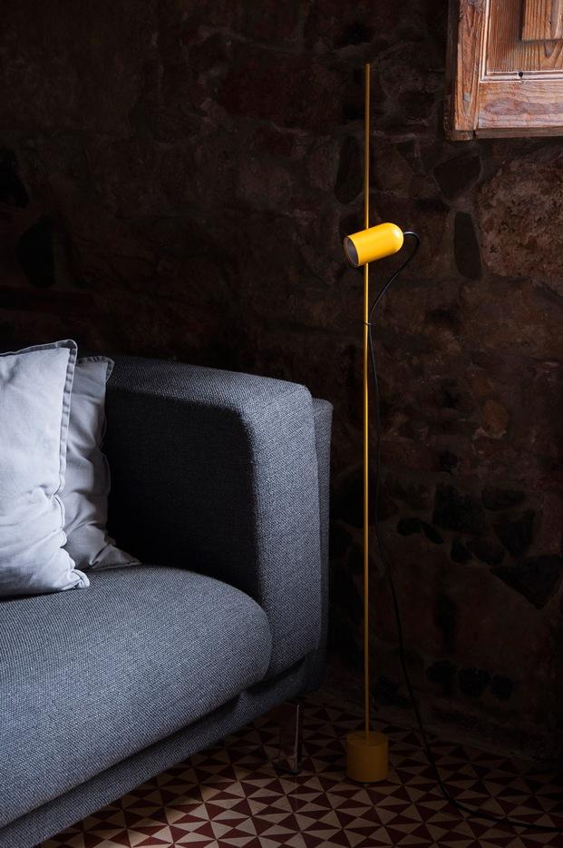 goulafiguera iluminan liceo con la lampara de pie fa amarillo diariodesign