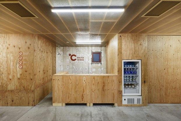 hotel capsula en tokio con sauna recepcion diariodesign