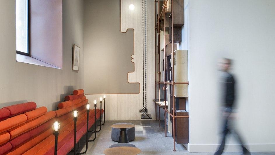 hotel en san sebastián One Shot Tabakalera de Alfaro Manrique sofa estanteria de cobre diariodesign