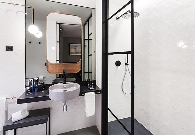 hotel en san sebastián One Shot Tabakalera de Alfaro Manrique bano ducha cobre diariodesign