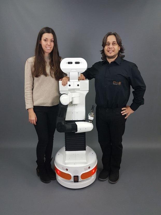 Judith Viladomat y Francesco Ferro pal robotics presenta tiago en mazda space