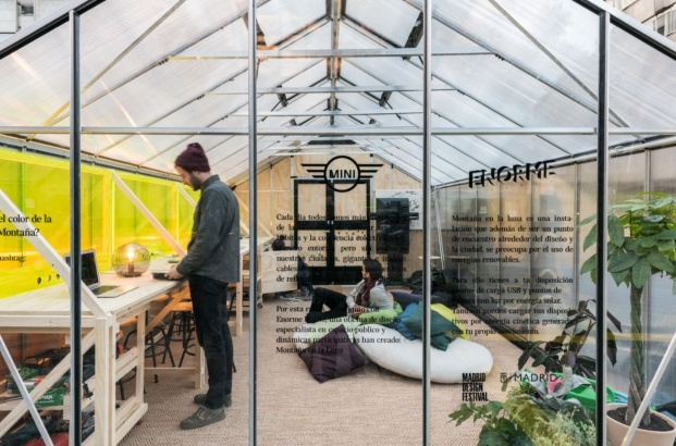mini hub instalacion montana en la luna de enorme studio diariodesign