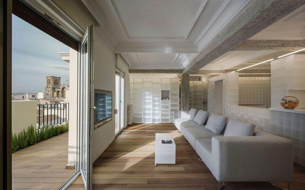Casa en granada con cajas polipropileno interiorismo de Serrano Vaquero salon y terraza diariodesign