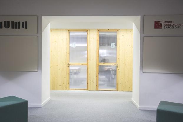 DearDesign disena oficinas mVentures en el Tech City center en el palau de mar de barcelona bancada de madera diariodesign