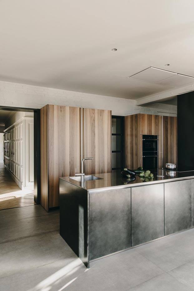 cocina boffi abierta madera isla negra de un apartamento en barcelona diariodesign