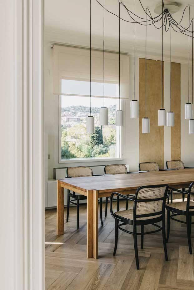 reform atico en barcelona barrio San Gervasi interiorismo de Lopez Vilalta comedor y mesa de santa cole diariodesign