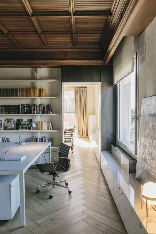 la oficina en casa reforma con artesonado de madera en barcelona diariodesign