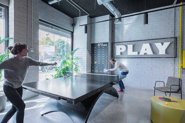 The Student Hotel Campus en Barcelona reforma de Masquespacio sala de ping pong diariodesign
