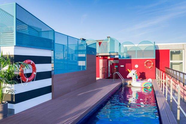 The Student Hotel Campus en Barcelona reforma de Masquespacio azotea con piscina diariodesign