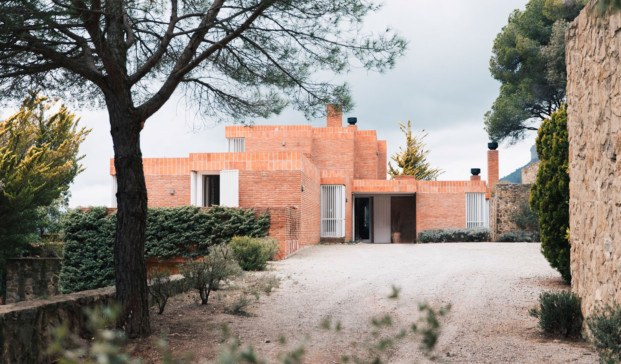 casa de coderch en sant feliu de codines. alquiler en airbnb. 5 edificios míticos de Barcelona que ofrecen experiencias únicas.
