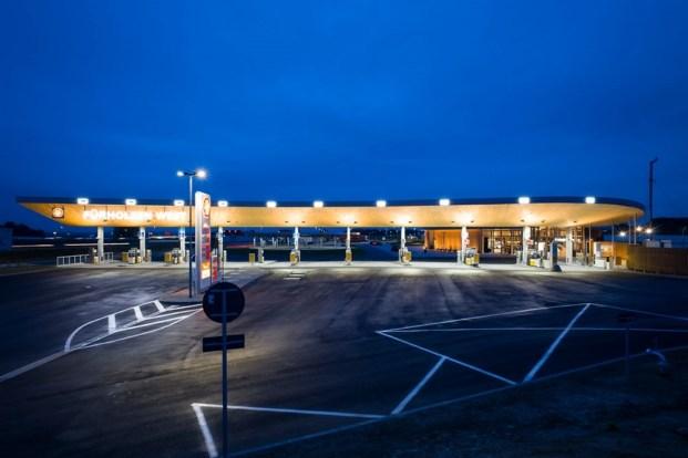 cubierta de la estacion de servicio fuerholzen con nuevos combustibles diariodesign