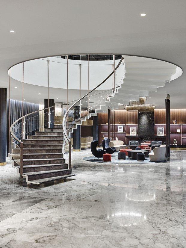 escalera El icónico Radisson Collection Royal Hotel de Arne Jacobsen diariodesign