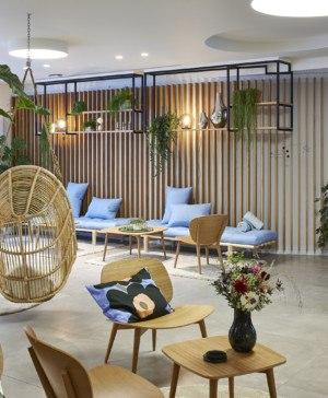 Hygge Hotel en Bruselas interiorismo de michel Penneman balancin madera diariodesign