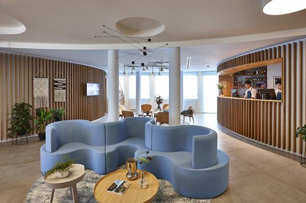 Hygge Hotel en Bruselas interiorismo de michel Penneman sofa azul diariodesign