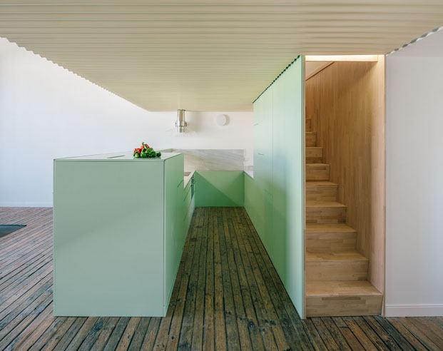 El mundo fantástico de un ático urbano en Madrid cocina abierta en verde diariodesign