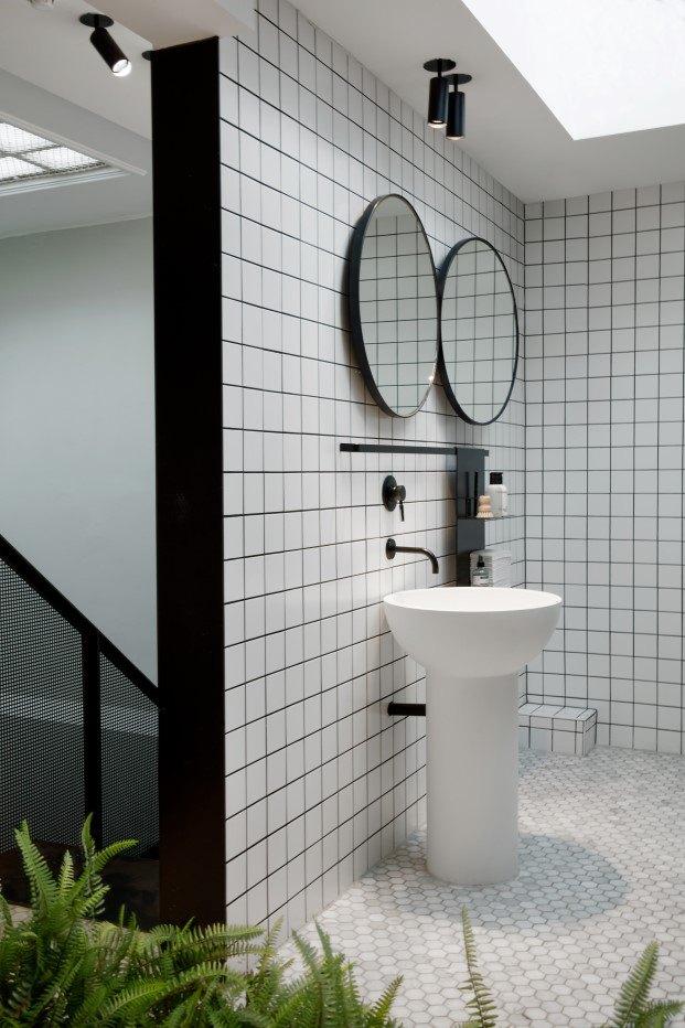 El tono y la textura de estos materiales – reforzados por la luz natural que entra por las claraboyas del techo – otorgan una discreta elegancia al conjunto.