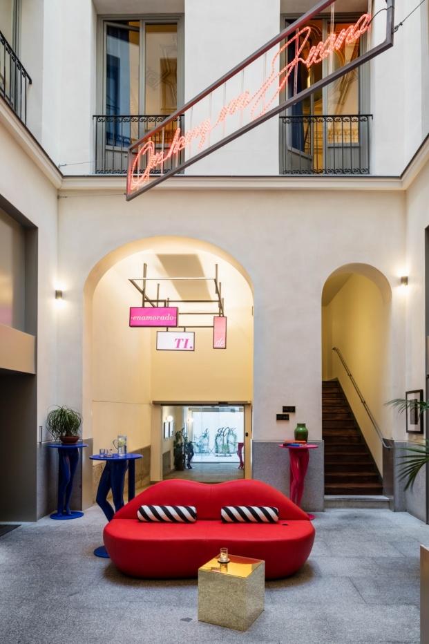 hotel axel madrid el equipo creativo patio rotulo de neon diariodesign