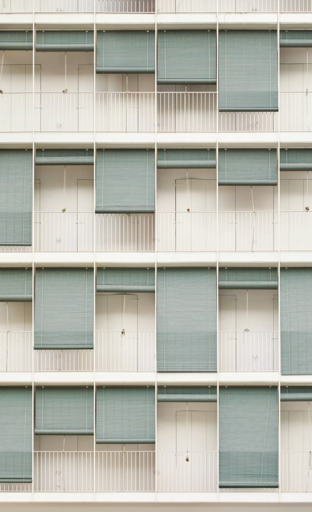 patio de vivienda en barcelona eixamble de barcelona de maio arquitectos persianas