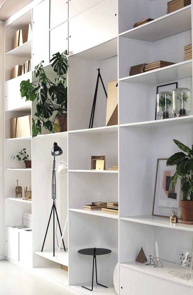 moebe coleccion en la estanteria del showroom copenhague lampara diariodesign