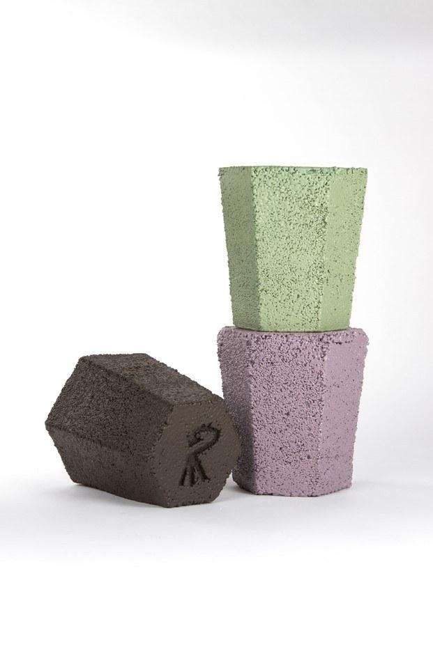 taburetes poliestireno rosa, verde y marron roca recicla de andreu carulla poliestireno diariodesign