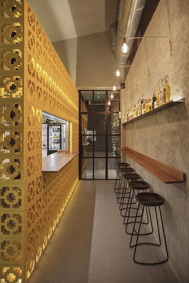 restaurante mexicano casa Amores en valencia celosia amarilla y barra diariodesign