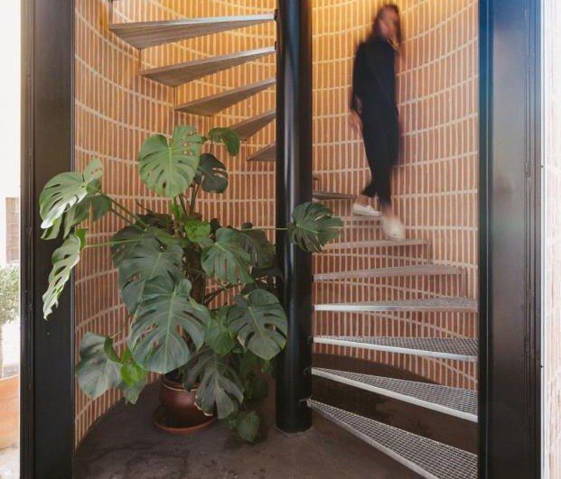 OOIIO Arquitecto Reforma de un pajar en Toledo escalera de caracol diariodesign