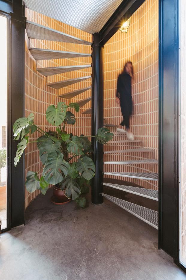 escalera de caracol reforma casa de ladrillo toledo ooiio diariodesign