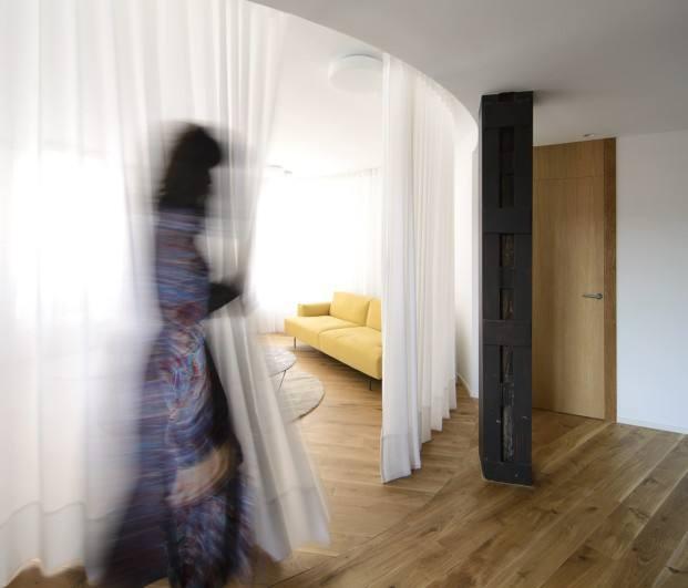 Cortinas en el salón de una vivienda circular
