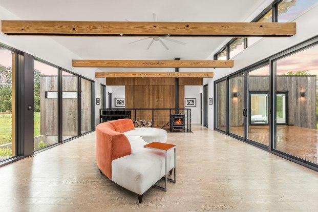 casa con madera modificada térmicamente en indianapolis de haus architects diariodesign