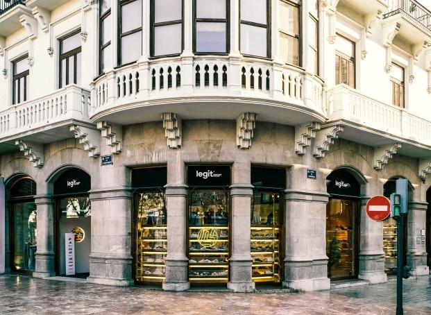 la tienda legit especializada en sneakers en valencia fachada diariodesign
