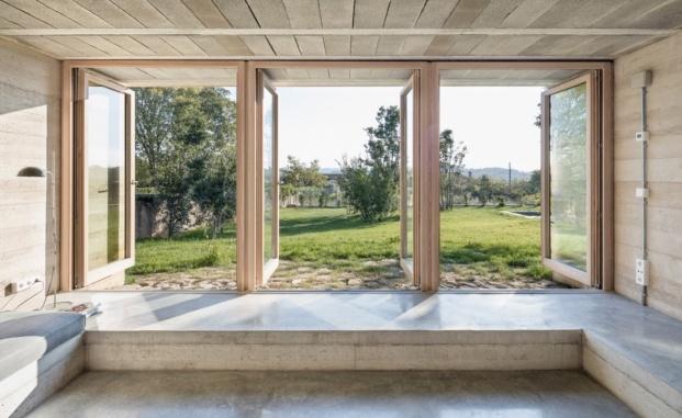 1413 harquitectes casa ullastret adria goula interior apertura soleamiento