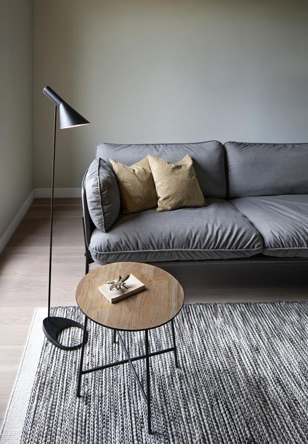 sofa gris paredes verdes lampara de pie negra lectura diariodesign