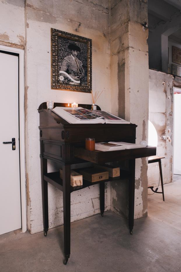escritorio-vintage-y-cuadro-torero-diariodesign