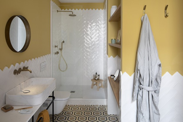 baño color ocre suelo hidraulico diariodesign