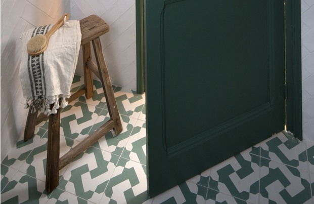 baño suelo hidraulico puerta verde inspiración forestal diariodesign