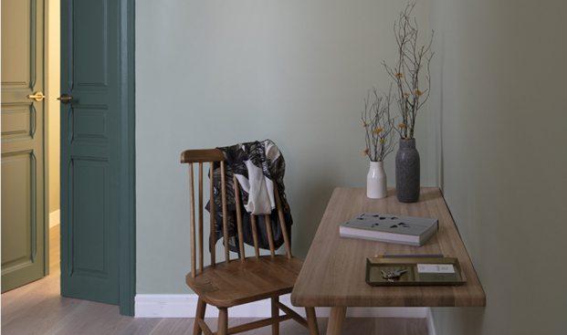 silla-madera-puertas-verdes