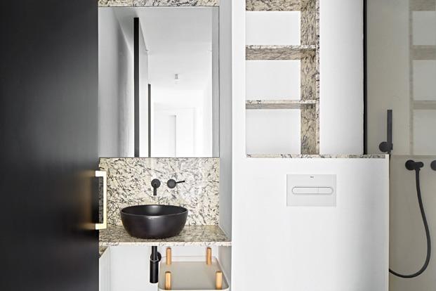 apartamento blanco y negro baño con ducha diariodesign