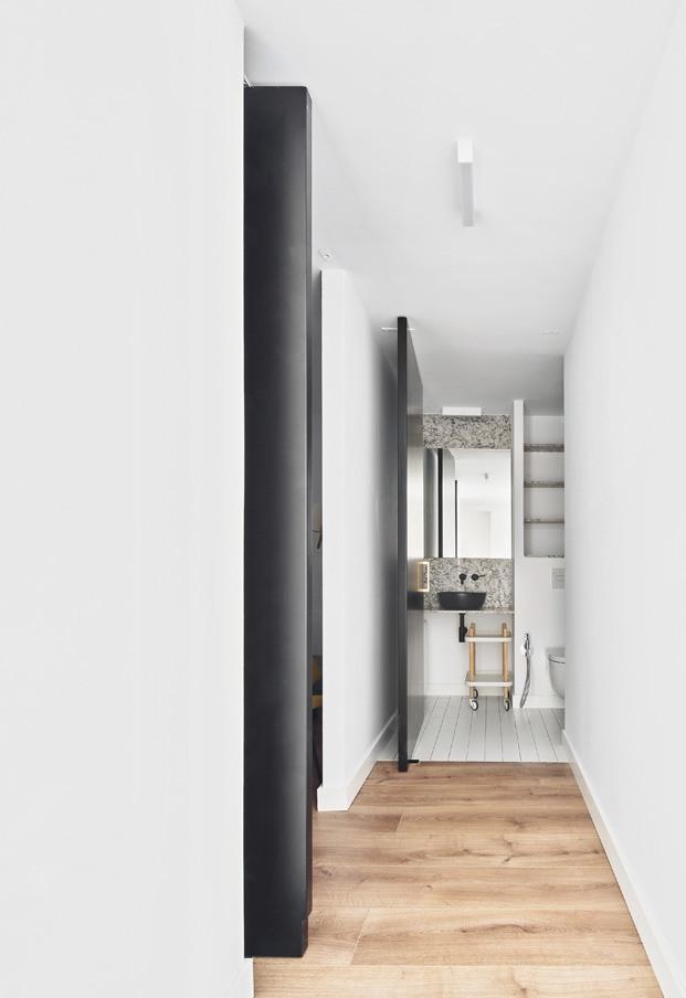apartamento blanco y negro pasillo diariodesign