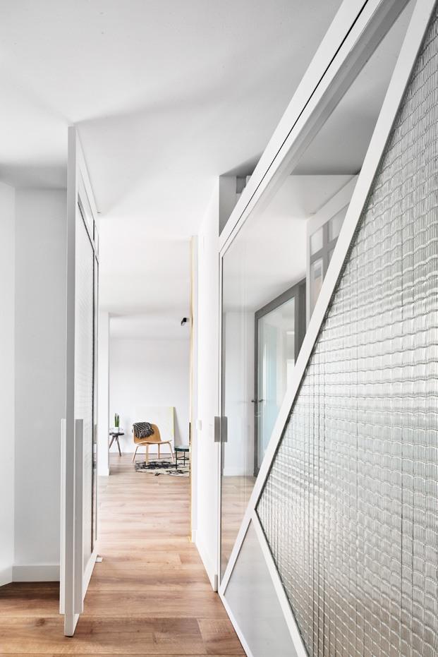 apartamento blanco y negro ventana interior diariodesign