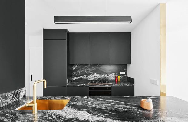 apartamento blanco y negro encimera cocina diariodesign