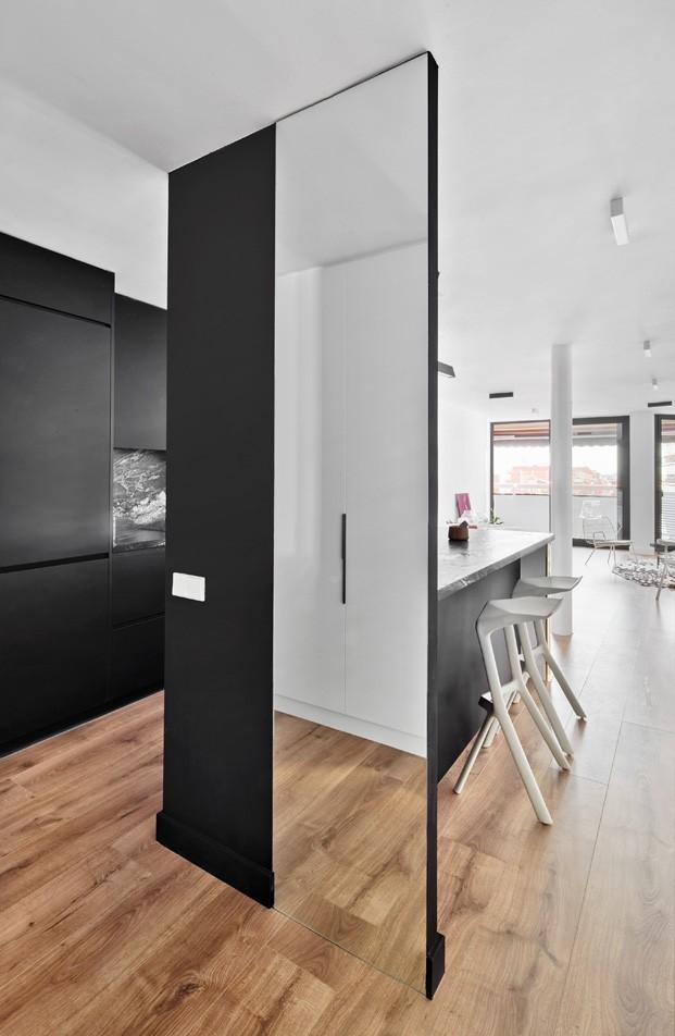 apartamento blanco y negro acceso cocina diariodesign