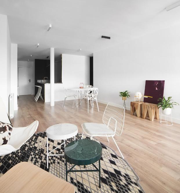 apartamento blanco y negro salón y comedor diariodesign