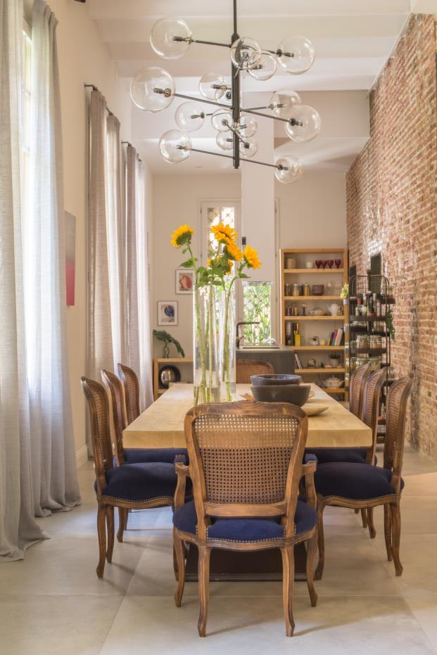 mesa-comedor-madera-sillas-tapizadas-azul-diariodesign