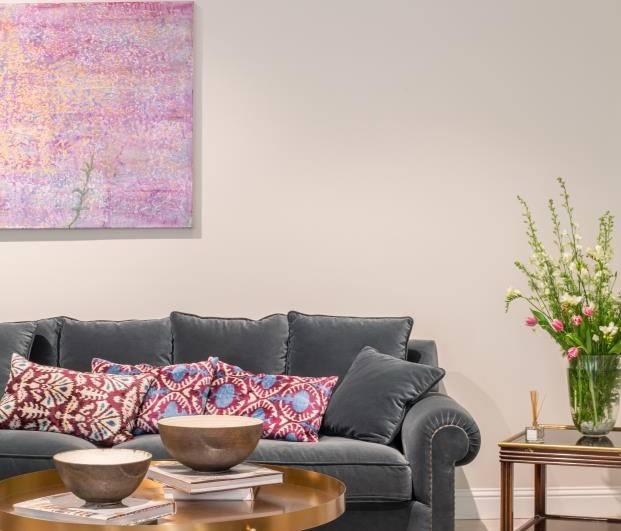 sofá-gris-terciopelo-diariodesign