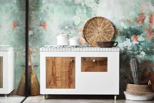 pared papel pintado verde con cocina blanca madera