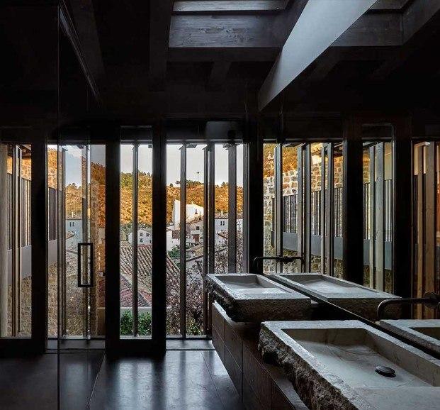 """La vivienda mantiene los aleros, las aldabas y los herrajes así como materiales nobilísimos como la piedra y la madera. Pero a su vez, """"es consecuente con su momento histórico"""", dicen desde el estudio de Ramón Esteve, en Valencia ciudad."""