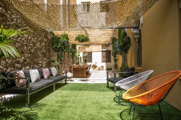 terraza-cesped-artificial-sillas-acapulco-diariodesign